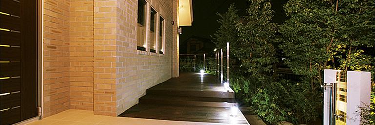 神奈川県横浜市の注文住宅のライトアップされたウッドデッキ