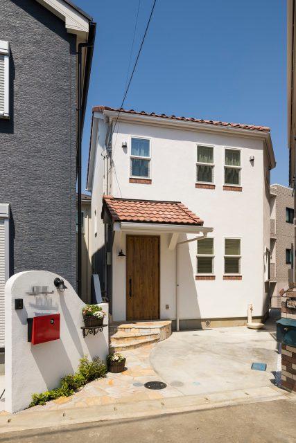 白くてかわいい外壁は漆喰。屋根にスペイン瓦を採用。