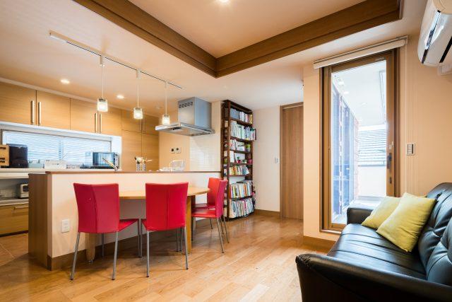 二階LDK。折り上げ天井で高さのメリハリをつけることで、より空間を広く見せることができます。二階は明るく、温かみのある色調で統一。