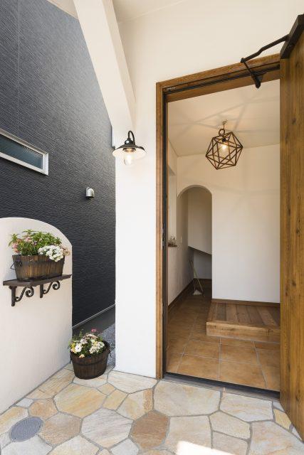 玄関を入ったらアーチの入口。WISC(ウォークインシューズクローク)