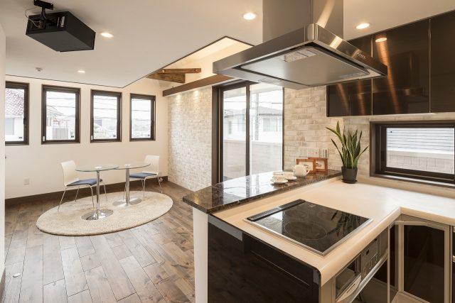 オーナー様のこだわりで、天井付のスピーカーを設置。気密性が良い住宅は、音が外に漏れず、室内で程よく反響する。