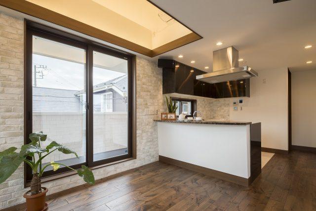二階LDK。室内のレンガ貼りを白レンガが印象的な仕上がりに。