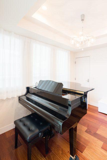 二階の一室は、ピアノ室。ほかの部屋に音が漏れないよう、防音仕様になっています。