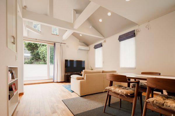 地中海風二階リビング 鎌倉の白い塗り壁の家
