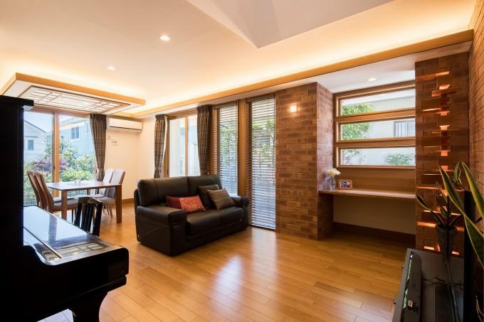 広々としたリビングダイニング。室内の雰囲気に合わせて、窓には木製のブラインドをチョイス。