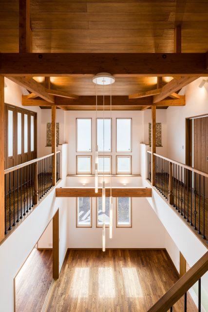 大きな窓から開放感あふれるリビングに光が差し込みます。