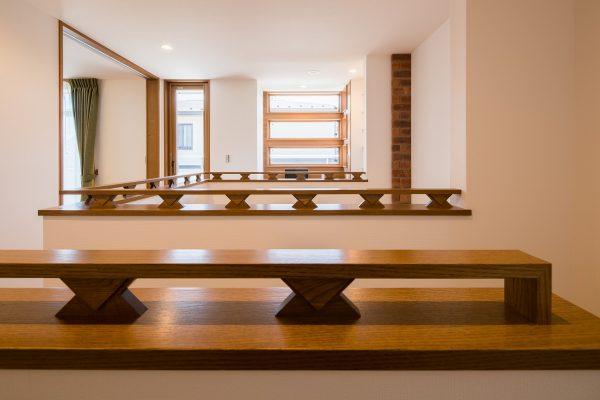 階段まわりの装飾が、さらに洗練されたイメージを与えてくれます。アメリカの建築家、フランク