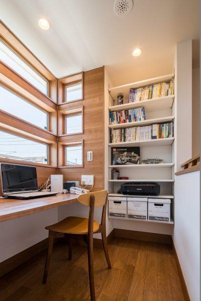 二階の一角を利用した、書斎スペース。収納もたっぷりです。