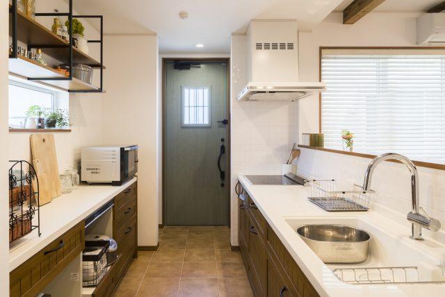 ナチュラルテイストなキッチンにはおしゃれな勝手口のドア。グーリーンのドアがかわいいですね。