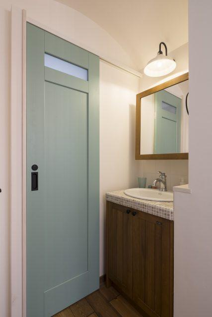 洗面所はグリーンの扉がポイントです