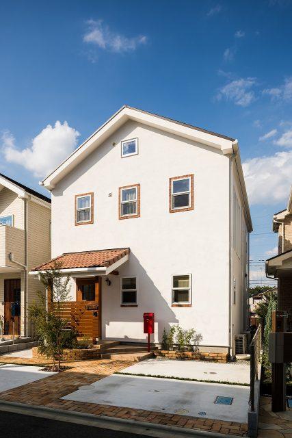 青空に映える、真っ白な壁にオレンジ色の屋根。カフェ風のかわいらしい仕上がりです。