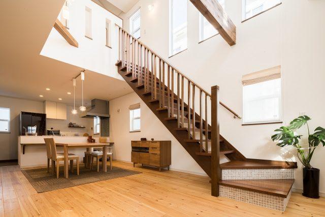 階段をアクセントに、落ち着いた色合いでまとめた室内。階段のタイル貼りなど、かわいいポイントがちりばめられています。
