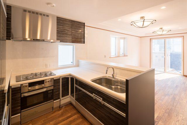 お客様をおもてなしするのに動きやすい広々キッチン