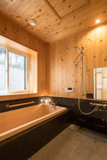 まるで高級旅館の総檜風呂。とっても良い香りがただよいます。身も心もお風呂でリラックスできます。