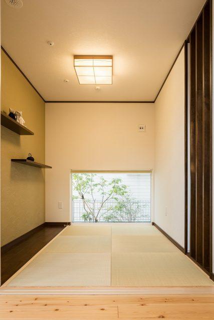 リビングから続く和室。低めに配置した窓から、四季折々の風景が臨めます。ごろっとしたいときにも、最高の場所です。