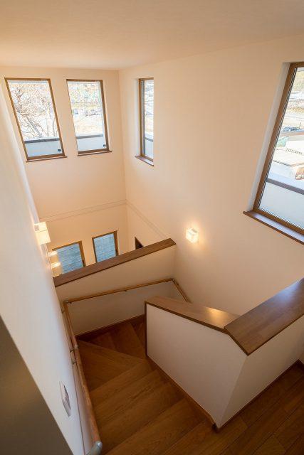 階段上から。玄関~階段が連続していても寒くないのは、高性能住宅だからこそのメリットです。
