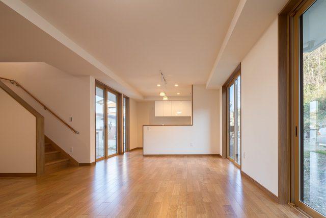 一階LDK。天井の高さにメリハリをつけることで、限られた空間を広く演出しています。