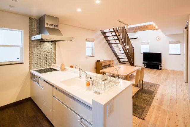 キッチンは爽やかなホワイト。きらっと光るタイルで、ここにもかわいさをプラスしました。