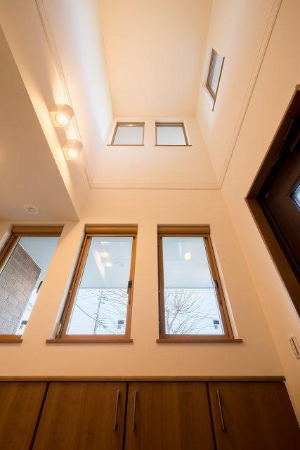 玄関に一歩入ると、二階天井までの吹き抜けがお出迎え。解放感があると共に、心地よい温度環境でもあることが最大の魅力です。