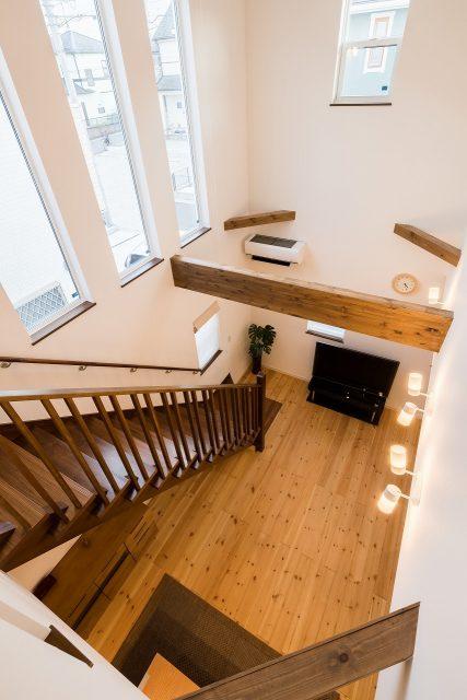 二階から吹抜けを見下ろして。光も空気も笑い声も、ここを通り抜けて家中に届きます。