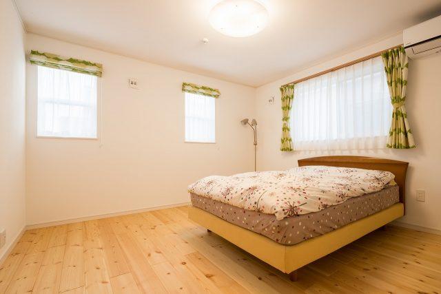 二階寝室も、ナチュラルなテイストで。カーテンの緑が際立ちます。