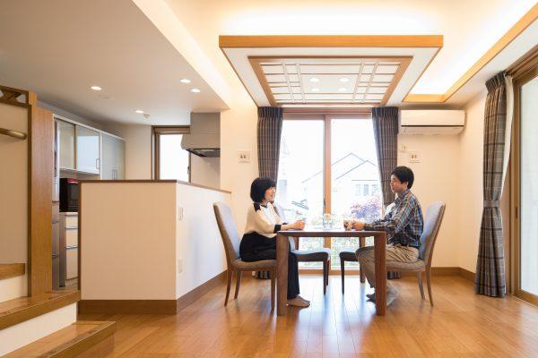 間接照明の灯りがやさしいダイニング部分は、天井を低くしてメリハリを。より空間を広く感じられる工夫です。