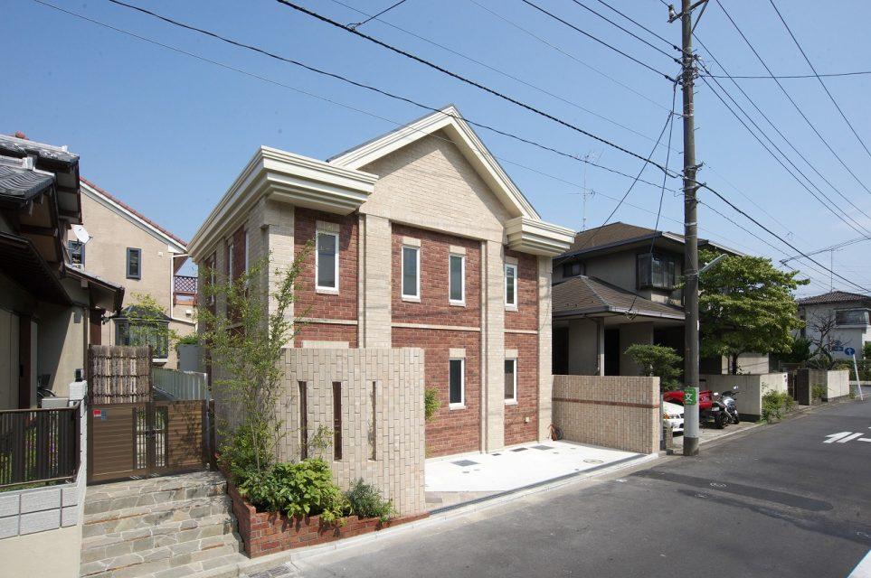 横浜市の半地下のあるレンガの家