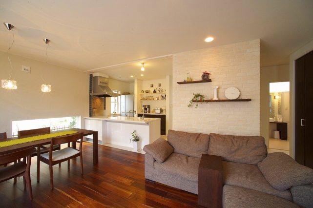 広いリビングとウッドデッキが繋がる、真っ白な家