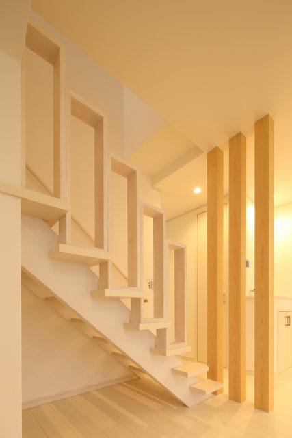 階段の手すりは、大工さんの手作り。