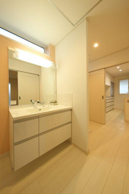 サニタリーコーナー。洗面スペースと洗濯スペースは、ゆるやかに区切ってそれぞれの空間に。