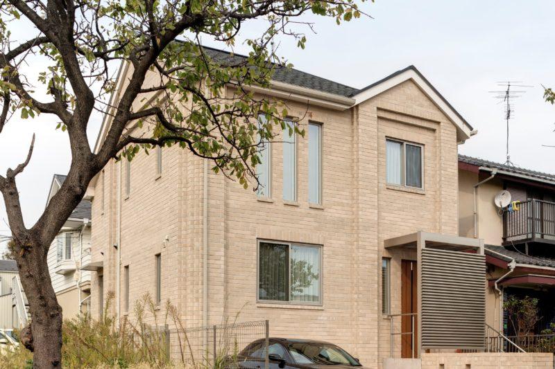 天使の羽が生える白いレンガの家 30坪のコンパクト住宅