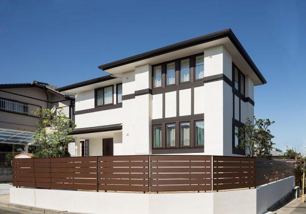 白い塗り壁と、真っ白な広々リビングの家