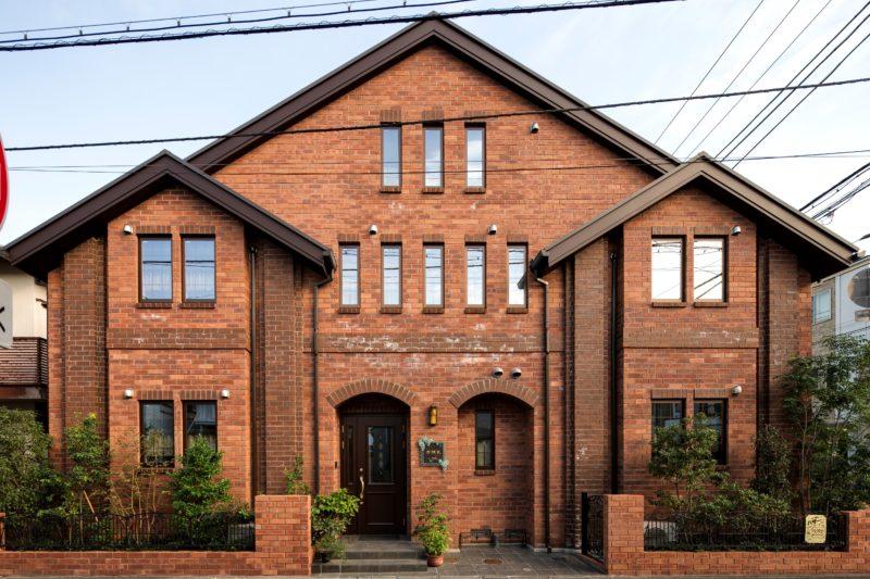 貸しホール併設、赤レンガの二世帯住宅