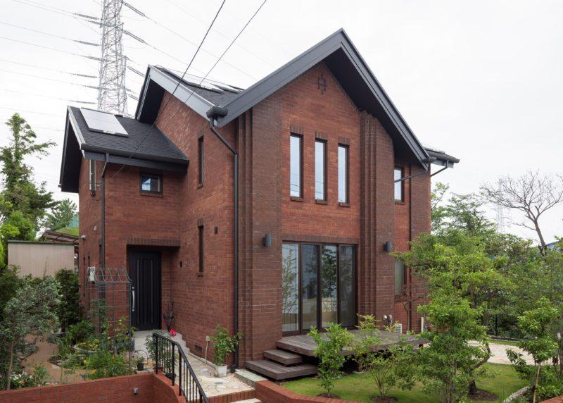 赤レンガとお庭の緑を楽しむ 吹き抜けリビングの家